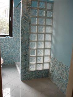 Doccia con parete in vetrocemento e piatto in muratura rivestito in ...
