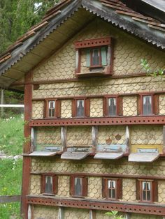 Scandinavian Bee Boxes: Protection From the Cold Keeping Backyard Bees Bee Hive Stand, Buzzy Bee, Raising Bees, Bee House, Bee Skep, Birds And The Bees, Bee Art, Bee Happy, Gardens