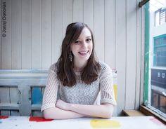 Holly Bourne, 1986 in England geboren, studierte Journalismus an der University of Sheffield. Sie arbeitete einige Jahre lang erfolgreich als Journalistin. Mit den Wünschen und Sehnsüchten von Jugendlichen kennt sie sich gut aus, da sie seit Jahren auf einer Ratgeber-Webseite Beziehungstipps für junge Leute gibt. Holly Bourne lebt zurzeit in London, träumt aber von einem Haus im Grünen. ›This is not a love story‹ ist ihr erster Roman.