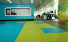 Não somos pisos vinílicos, somos pisos de borracha. Os pisos Nora são 100% de borracha, baseados em qualidade e sustentabilidade com mais de 300 variações de cores e design, totalmente ergonômico, certificação LEED, resistente a manchas, ao grande tráfego comercial e voltado para diversas aplicações. Instalação dos pisos Nora pelo escritório de arquitetura Bright 3D no Skyscanner em Edimburgo | Escócia.