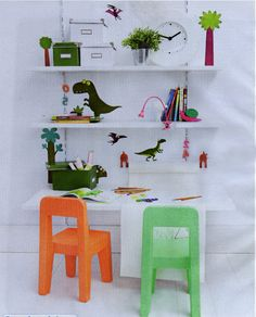 Gostava de ter um espaço pessoal em casa onde pudesse dedicar-se aos seus interesses? Uma mesa para costurar, ou para o computador, ou uma para seus filhos desenhar,  ou até uma pequena oficina de bricolagem... Leia e veja como é tão fácil!Trabalho d...