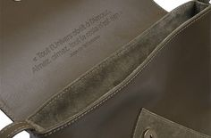 """Détail sac L'AMOUREUSE fabriqué en France coloris kaki. Sac tout cuir avec une jolie citation gravée à l'intérieur... """"Tout l'Univers obéit à l'Amour... Aimez, aimez, tout le reste n'est rien"""" Jean de la Fontaine disponible sur www.l-amoureuse.fr"""