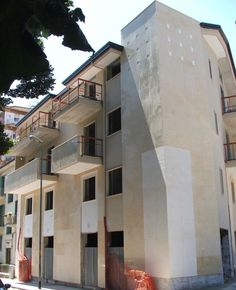 Coggim Palace è situato nel centro di Avellino in via Tagliamento. L'intervento è stato effettuato a seguito dell'abbattimento di un rudere già esistente.