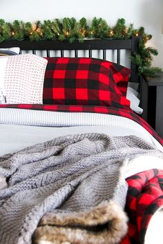 Adorable 55 Cozy Cheerful Farmhouse Christmas Bedroom https://homeastern.com/2017/09/10/55-cozy-cheerful-farmhouse-christmas-bedroom/