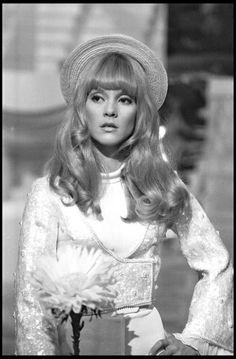 """Sylvie Vartan sur le plateau de l'émission """"Jolie Poupée"""" en 1968."""