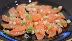 Salmalaks, vårløk, ristede sesamfrø og wasabi