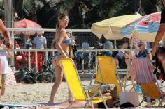 De férias da telinha, a apresentadora aproveitou as altas temperaturas que fizeram neste final de semana e foi passar o domingo nas areias do Leblon com a família. Confira as fotos, e de quebra, espie a boa forma da famosa!
