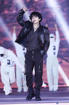 Guys, are you guys army, and your bias is BTS's V or Bangtan Sonyeondan's Kim Taehyung? Bts Taehyung, Bts Bangtan Boy, Namjoon, Jimin, Daegu, Foto Bts, Bts Photo, Bts Boys, Taekook