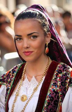 Ragazza in costume tradizionale Folk Sardo Sardinian People, Italian Outfits, Italian Clothing, Braids For Kids, Children Braids, Beautiful People, Beautiful Women, Costumes Around The World, Beauty Around The World