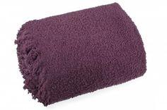 Fialová deka Szet je dostupná v troch rozmeroch: 70x150, 150x200 alebo 170x210 cm.