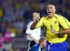 Copa de 2002 - Ronaldo vibra, enquanto o goleiro alemão Oliver Kahn se levanta após primeiro gol brasileiro na final da Copa de 2002