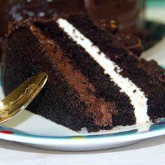 """Bolo Black Cake: Massa """"dark chocolate"""" recheada de mousse Alpino e Sinhá Benta. Coberto com pedaços de brownie banhados ao chocolate.   #love #DiNorma #instagood #photooftheday"""