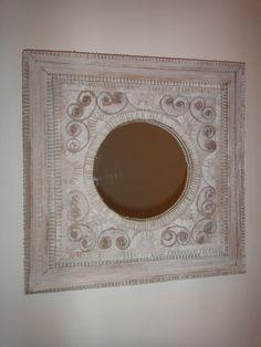 Aujourd'hui, j'ai testé un atelier de cartonnage où il était proposé de réaliser un miroir à partir de carton ondulé. Et voici le résultat final, après 5 heures de collage intensif... Pas mal ! non ? Le matériel est simple, un miroir, du carton tripe,...