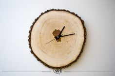 Wanduhr aus einer Holzscheibe // wooden clock via DaWanda.com