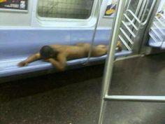 Les gens sont bizarres dans le métro...(13 photos) http://breakforbuzz.com/les-gens-sont-sont-bizarres-dans-le-metro/