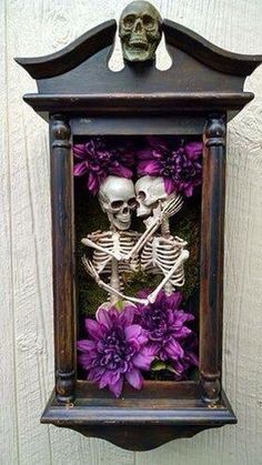 This is creepy but actually kind of cute for a Halloween shadow box. I'd use less flowers and more cobwebs, spiders etc! Halloween Prop, Casa Halloween, Holidays Halloween, Halloween Crafts, Halloween Decorations, Halloween Shadow Box, Halloween Wall Decor, Halloween Flowers, Skeleton Decorations
