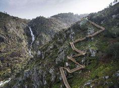 La zigzagueante y espectacular escalera de madera de Paiva en Portugal