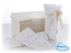 Maletin de regalo para bebés compuesto por un portapañal y un portabiberón a juego,ambos de piqué blanco con estrellitas bordadas en beis,una mantita muy suave para el bebé en color blanco y un libro orientativo y con consejos para las mamás. http://www.pequesybebes.es/regalos/107-maletin-de-regalo-recien-nacido-bebe.html
