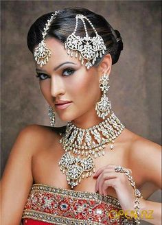 For the Indian bride, the perfect Indian bridal jewelry enhances her looks as much as her make-up does. Makeup or jewelry they certainly seem gorgeous. Indian Bridal Makeup, Asian Bridal, Wedding Makeup, Style Indien, Moda Indiana, Beautiful Indian Brides, Beautiful Bride, Indian Bridal Hairstyles, Layered Hairstyles