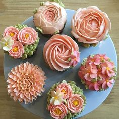 How beautiful are these flower cupcakes from We make it easy…… - Dessert-recipes. Cupcakes Flores, Floral Cupcakes, Cupcakes Design, Wilton Cakes, Wilton Cake Decorating, Cookie Decorating, Deco Cupcake, Flower Cupcake Cake, Sprinkles