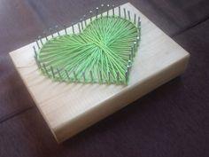 Door spijkers in een hart vorm te kloppen en touw rond de nagels te binden krijg je een mooi ingevuld hartje