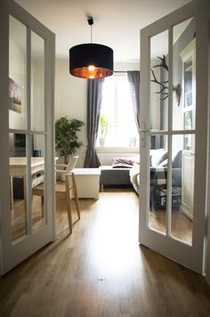 Wohnzimmertraum in Leipzig. Flügeltüren mit Glasfenstern, Parkett und ein…