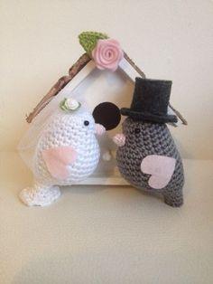 Crochet birds for wedding Crochet Birds, Crochet Butterfly, Love Crochet, Crochet Animals, Diy Crochet, Crochet Toys, Kawaii Crochet, Wedding Doll, Crochet Wedding