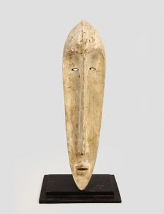 ファング族 まっ白で細長い顔のマスク ン・マ