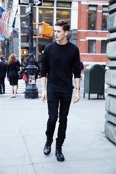 黒トレーナー×黒スキニー×黒10ホールブーツ   メンズファッションスナップ フリーク   着こなしNo:122401