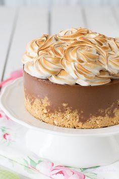 I love S'mores and I absolutely LOVE cheesecake! This is perfect for me! Just Desserts, Delicious Desserts, Yummy Food, Cheesecake Recipes, Dessert Recipes, Chocolates, Let Them Eat Cake, Sweet Recipes, Cupcake Cakes