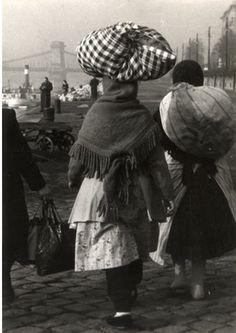 Hajóra szálló vásározó asszonyok a Duna-parton, Budapest 1953 Budapest, Hungary, Old Photos, The Past, Black And White, City, Dune, Old Pictures, Black White