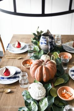 Don't waste too much time on your table this Thanksgiving. Check out this simple Thanksgiving table for some great ideas! Thanksgiving Table Settings, Diy Thanksgiving, Thanksgiving Tablescapes, Thanksgiving Decorations, Table Decorations, Holiday Decorations, Seasonal Decor, Centerpieces, Funky Home Decor