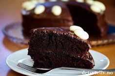 Sponset innlegg. Gresk yoghurt gjør denne sjokoladekake usedvanlig myk og deilig! Perfekt kake til helgen! Chocolate Dreams, Sweet Recipes, Food And Drink, Baking, Desserts, Pies, Mudpie, Tailgate Desserts, Deserts