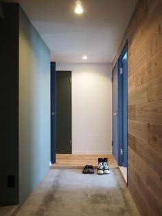 下馬の家 玄関 仕上げはモルタルと足場板と塗装のコラボ