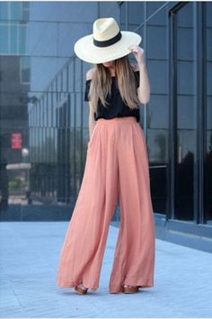 The long women's trousers cut with a loose, extremely wide leg that flares out from the waist are called palazzo pants. In this post I present you 15 trendy street style outfits with palazzo pants Komplette Outfits, Summer Outfits, Fashion Outfits, Womens Fashion, Fashion Trends, Summer Clothes, Fashion News, Latest Fashion, Fashion Shoes
