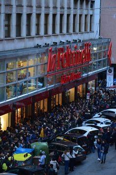 """Era inevitabile: l'arrivo di Marco Mengoni a Bari è stato un assedio alla  libreria Feltrinelli, dove l'artista era atteso per il firmacopie. Complice  l'uscita del nuovo disco """"Parole in circolo"""", ma soprattutto di un successo che  non intende calare: Mengoni, t"""