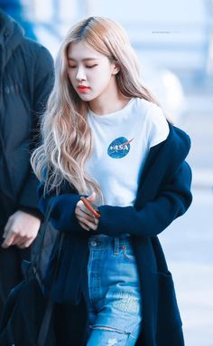 Find images and videos about fashion, kpop and rose on We Heart It - the app to get lost in what you love. Blackpink Fashion, Korean Fashion, Black Pink Kpop, Rose Park, Kim Jisoo, Jennie Lisa, Blackpink Photos, Park Chaeyoung, Kpop Outfits