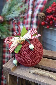 Χειροποίητη μπάλα για το δέντρο σας Φτιάξτε μόνοι σας τα στολίδια του δέντρου για να έχει πιο προσωπικό χαρακτήρα. Δείτε πως στο άρθρο μας...  #diyornaments #diyxmascrafts #xmascrafts #xmas2020 #christmas #christmas2020  #gouria2020 #xmascharms #xmas2020 #christmas2020 #diyxmas #gouria #barkasgr #barkas #afoibarka #μπαρκας #αφοιμπαρκα #imaginecreategr