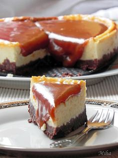Cheesecake with caramel No Cook Desserts, Sweets Recipes, Delicious Desserts, Yummy Food, Caramel Cheesecake, Cheesecake Recipes, No Bake Treats, Yummy Treats, Romanian Desserts