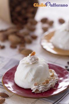PANNA COTTA ALLE #MANDORLE, una versione unica per la regina dei dessert al cucchiaio.  Qui la #ricetta #GialloZafferano: http://ricette.giallozafferano.it/Panna-cotta-alle-mandorle.html
