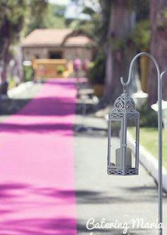 Candelabros colgados en pies, marcando pasillo para el banquete