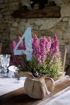 minwedding restauracja za murem poznań dekoracje kwiaty ślub rocznica wesele dodatki numery stołów wrzosy malowane kwiaty plan stołów dekoracje ślubne prezenciki dla gości girlanda inicjały winietki księga gości