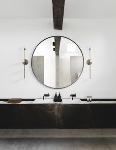Eclectic bathroom design with round mirror. Design by Handelsmann & Khaw, photo by Felix Forest