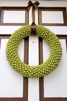 Acorn wreath tutorial by Little Things Bring Smiles. Fall wreath project for our front door. Diy Fall Wreath, Autumn Wreaths, Wreath Crafts, Fall Diy, Christmas Wreaths, Wreath Ideas, Diy Christmas, Thanksgiving Wreaths, Acorn Crafts