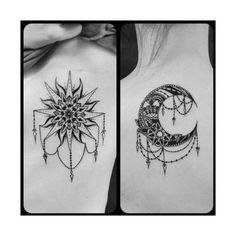 Arte corporal donde una persona lleva tatuado el sol y la otra la luna