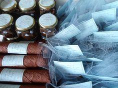 Caixa em MDF pintada em branco (produtos marrom e azul) contendo: -30 charutos (tubetes de bala de goma) enrolados em papel crepom -12 potinhos de brigadeiro -30 pufes de potinhos de bolinhas de chocolate  Caixa em MDF pintada em branco (produtos marrom e verde) contendo: -30 charutos (tubetes de bala de goma) enrolados em papel crepom -20 ursinhos de feltro Todas lembrancinhas têm tags em papel metalizado especial de scrapbooking com texto a escolher. Na frente da caixa, pingentes prateados…