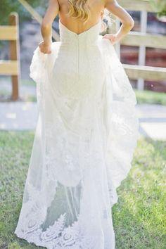 Tendance Robe De Mariée 2017/ 2018 : Lace lovely: www.stylemepretty... | Photography: Happy Confetti - www.happyconfe...   https://flashmode.be/tendance-robe-de-mariee-2017-2018-lace-lovely-www-stylemepretty-photography-happy-confetti-www-happyconfe/  #RobeMariage