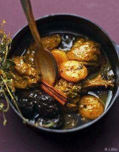 Recette Confit de poulet aux fruits secs : Allumez le four sur th. 6/180°.  Dans une cocotte allant au four, faites revenir le poulet dans un peu d'huile de ...