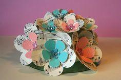 Lindo centro de mesa con flores de papel