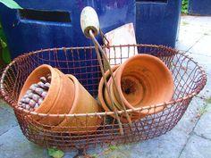 Großer toller Erntekorb oder Kartoffelkorb aus Draht. Mit Holzgriff. Patina, Gebrauchsspuren, aber funktionstüchtig und prächtig.